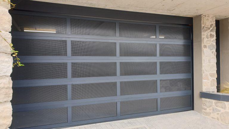 Porta sezionale con sezione in alluminio areata microforata Ticino