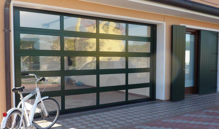 Porta sezionale con sezione in alluminio finestrata o cieca Adige