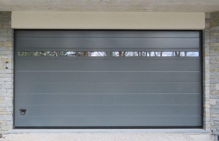 Porta sezionale con sezione in alluminio finestrata ridotta Adda