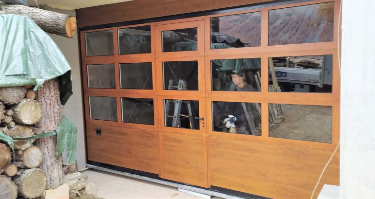 Porta sezionale finestrata con pedonale