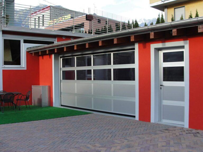 porta pedonale laterale abbinata a portone sezionale di garage
