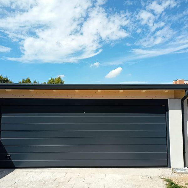 Porta sezionale residenziale modello Urbino due doghe liscio RAL 7016